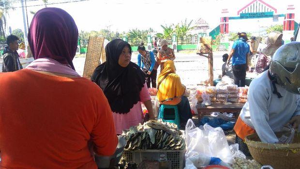 Aktivitas jual beli terlihat di depan di Pasar Tanjung, Lombok Utara.