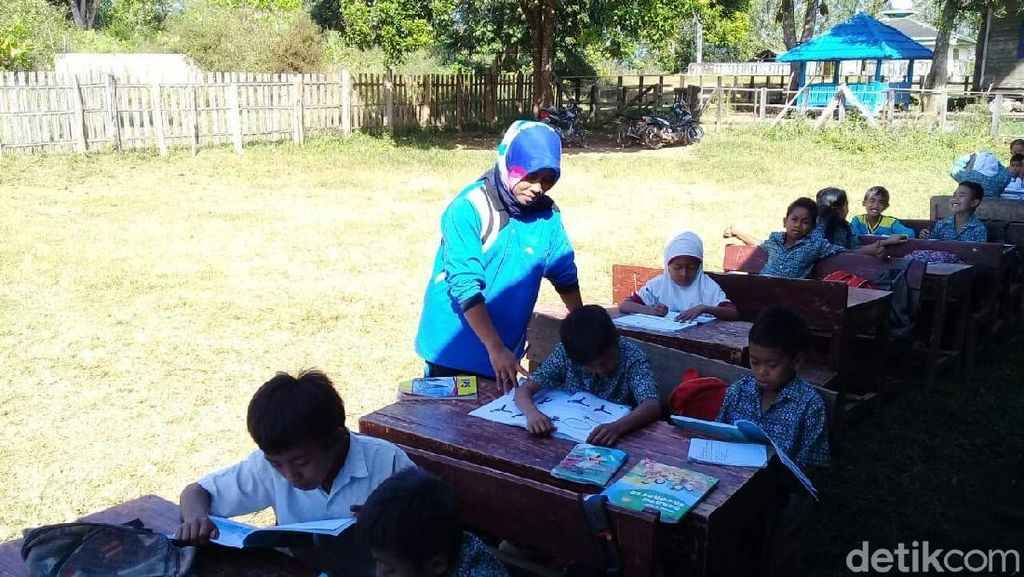 Gedung Nyaris Roboh, Siswa di Tambora NTB Belajar di Halaman