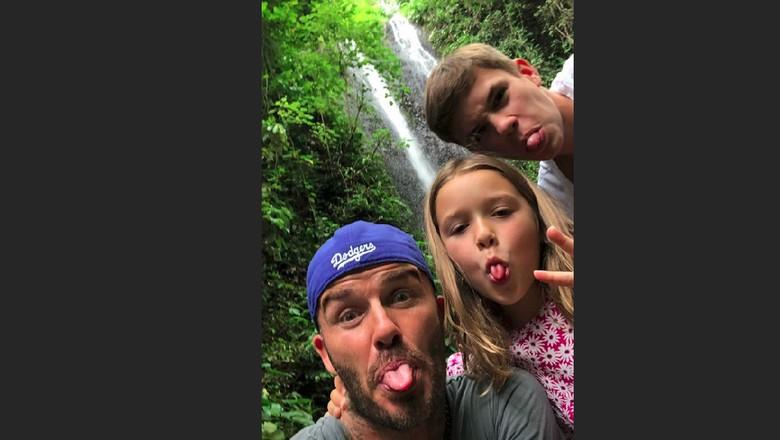 David Beckham bersama anak-anaknya di salah satu air terjun di Bali (David Beckham/Instagram)