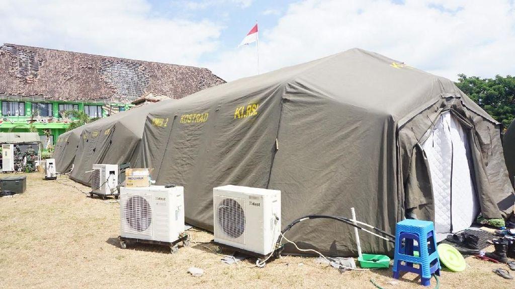 Bantu Korban Gempa, Dokter TNI Lakukan Operasi di Tenda