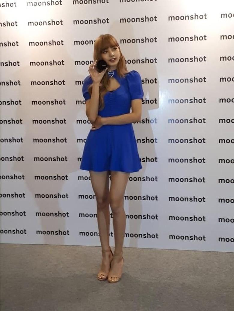 So Pretty! Lisa BLACKPINK Curi Perhatian dengan Dress Mini Biru