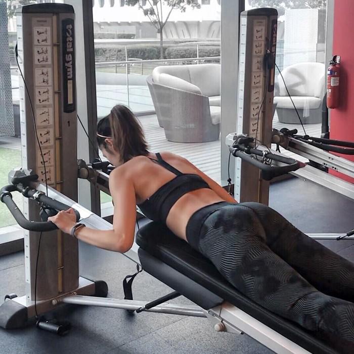 Sementara untuk rutinitas kebugarannya, terdiri dari latihan interval berintensitas tinggi (HIIT) sebanyak enam kali seminggu, dan yoga empat kali seminggu. Foto: Instagram/aimeechengbradshaw