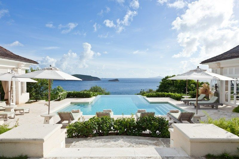 Dilansir dari Forbes, Les Jolies Eaux, merupakan villa mewah yang berada perairan Pulau Mustique. Biaya menginap di tempat tersembunyi nan mewah ini per minggunya 54 ribu Dolar (Rp 779 juta) saat hight season. Sedangkan di momen biasa perminggunya dimulai dari 20.500 Dolar (Rp 296 juta). (Les Jolies Eaux)