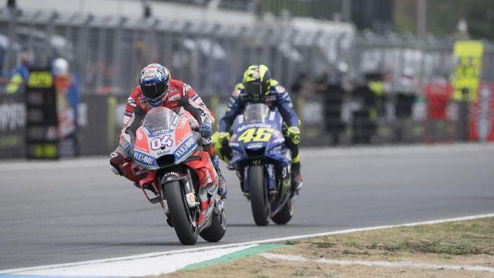 Valentino Rossi (46) tertinggal dari Andrea Dovizioso (04) di MotoGP Republik Ceko akhir pekan lalu. (Foto: Mirco Lazzari gp/Getty Images)