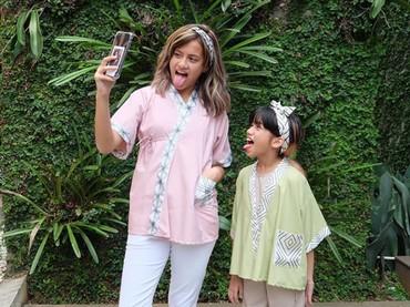 Kompaknya gaya Ulla bersama sang kakak, Aiska Vairana. (Foto: Instagram @talullahmalaika)