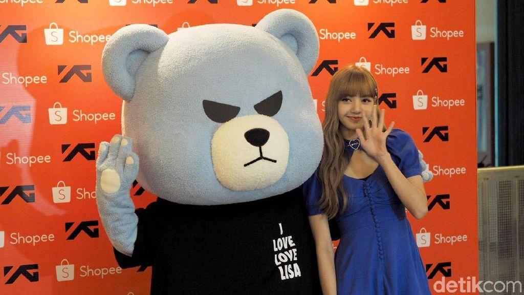 Wow Cantiknya Lisa BLACKPINK Berbalut Gaun Biru di Fanmeeting