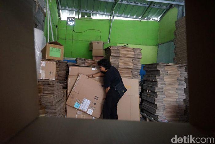 Setiap hari Dewi bisa menjual hingga 1.000 kardus.