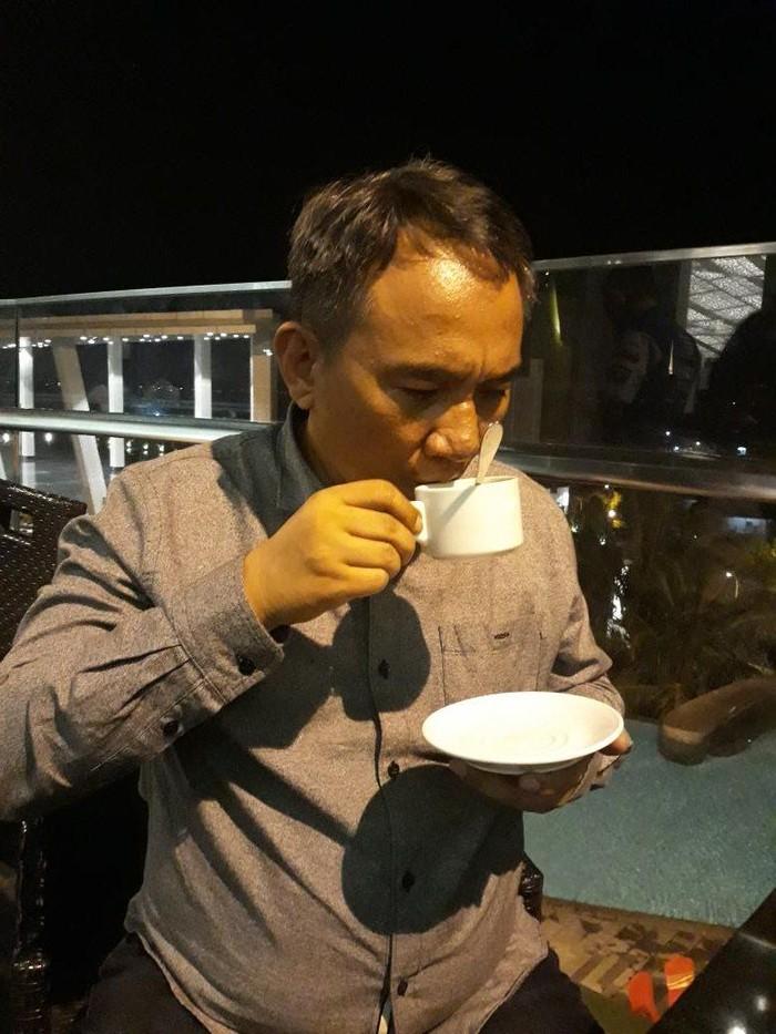 Setelah 37 tahun gak minum kopi. Nikmatinya kopi Lampung, tulis Andi Arief pada 12 Mei lalu. Duh, saking ngidam minum kopi, ia terlihat lupa meletakkan sendok kopi sebelumn menyesap kopi.Foto: Twitter @AndiArief__