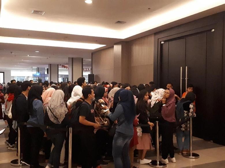 Pintu Tak Kunjung Dibuka, Fans Lisa BLACKPINK Dorong-dorongan