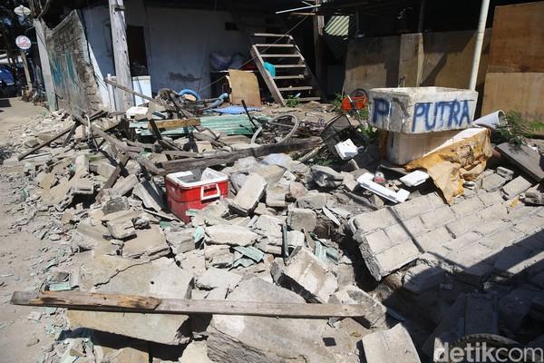 Agustus 2018, gempa berkekuatan 7 SR menimpa Lombok yang dampaknya sampai ke Gili Trawangan. Banyak bangunan hancur dan ribuan turis harus diungsikan (Grandyos Zafna/detikFoto)