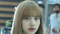 Lisa membiarkan rambutnya tergerai dan sentuhan listik berwarna merah. Foto: Dok. Instagram/lisa_blackpink
