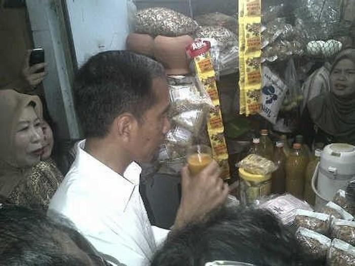 Jokowi diketahui punya kebiasaan minum jamu. Hal ini ia lakukan bahkan sebelum menjabat sebagai presiden. (Foto: dok detikcom)