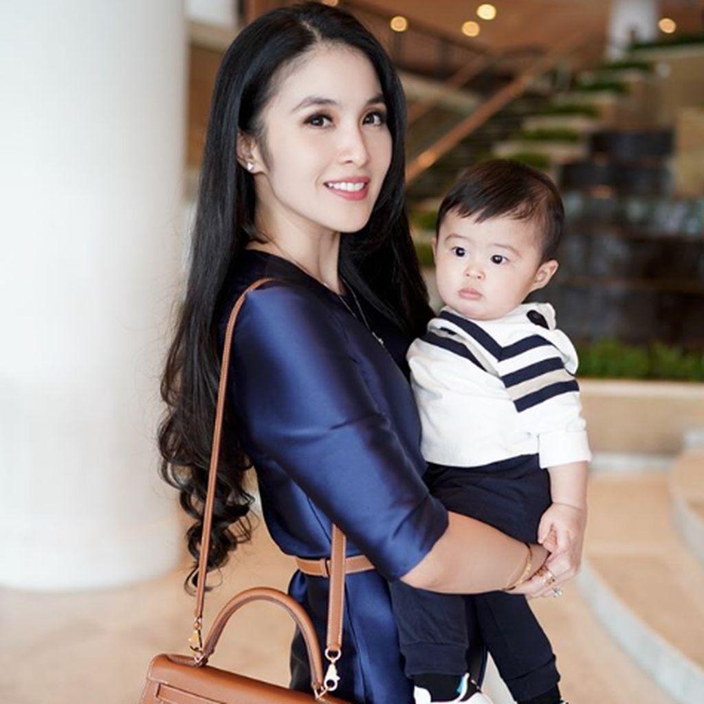 Sibuk-Sibuk Lucu ala Sandra Dewi saat Mengurus Anak