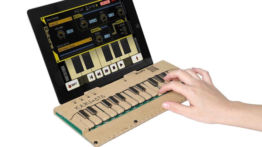 Teknisi asal Jepang, Reo Nagumo membuat keyboard mini yang badannya terbuat dari kardus. Keyboard yang dinamai KAMI-OTO ini dapat dirakit sendiri oleh penggunanya dan dapat dihubungkan ke PC atau smartphone untuk memainkannya. (Foto: Kickstarter).