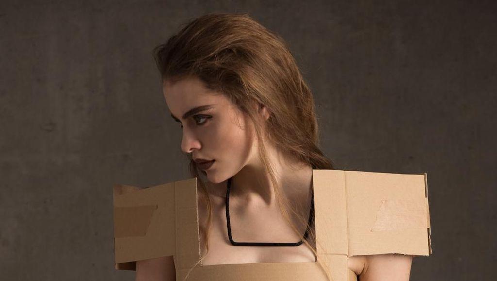 Kreatif Banget! Wanita Ini Buat Berbagai Pakaian dari Kardus Bekas