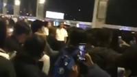 Tak hanya itu para penggemar pun mengabadikan foto hingga video saat Lisa tiba. Foto: Dok. Instagram/bitiinimd