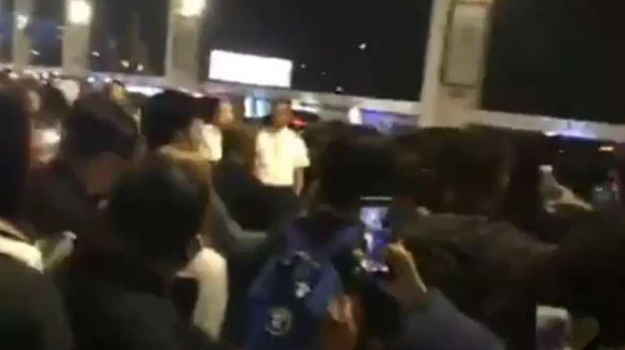 Tiba di Jakarta, Ratusan Fans Nantikan Lisa BLACKPINK