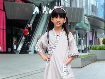 Ulla mulai tertarik bikin baju sendiri sejak usia 5 tahun lho, Bun. Keren ya. (Foto: Instagram @talullahmalaika)