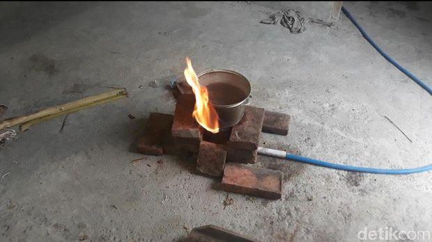 Warga dan pemilik rumah memanfaatkan gas untuk memasak/