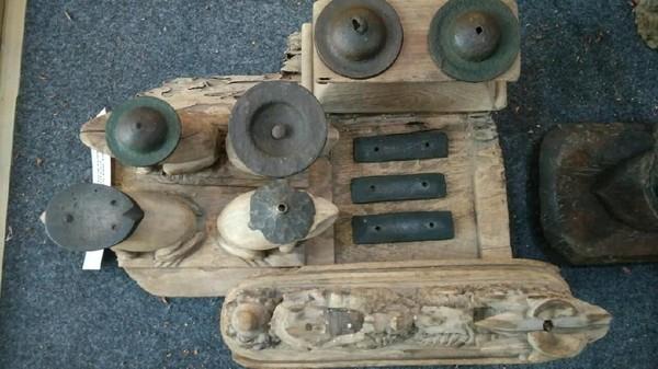 Berbentuk kodok, ukurannya pun tidak terlalu besar. Gamelan tersebut terbuat dari kayu. Di atas ukiran berbentuk kodok itu terdapat piringan kecil berwarna hitam (Sudirman Wamad/detikTravel)