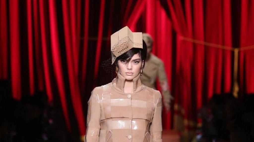 7 Bukti Kardus Bisa Jadi Busana Stylish, Sampai Dipakai Kendall Jenner
