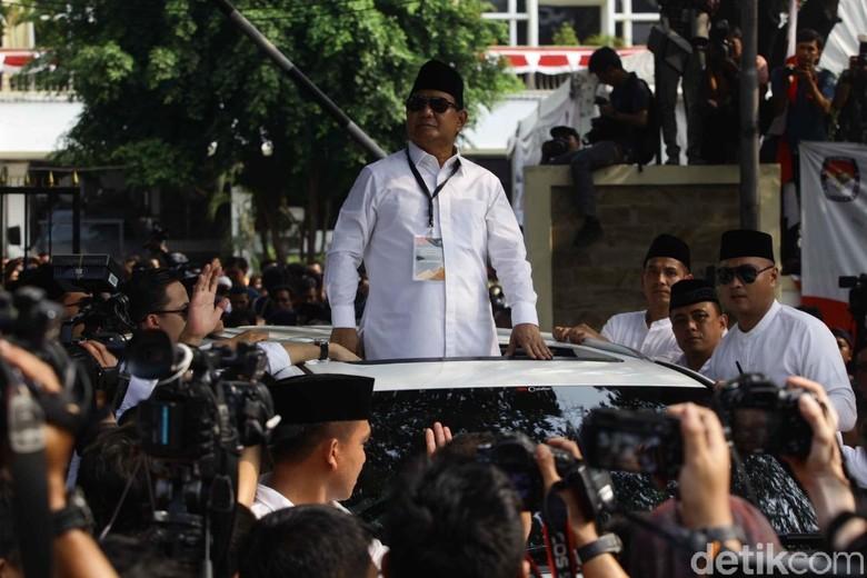 Prabowo saat berdiri di atas mobil Lexus LX 570. Foto: Pradita Utama