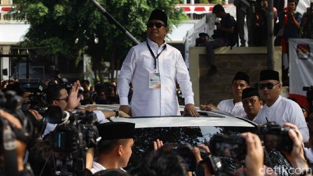 Prabowo menyapa pendukungnya dari sunroof mobil Lexus