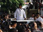 Video: Asyiknya Prabowo Joget Lagi Syantik di Atas Mobil