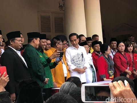 Gaya Jokowi pakai kemeja putih tulisan Bersih, Merakyat, Kerja Nyata.
