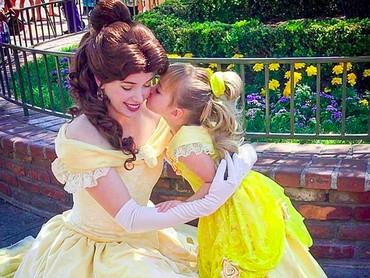 Muah! Kecup manis Belle kecil untuk Belle yang sudah dewasa. He-he-he. (Foto: Instagram/ @randomly_riley)