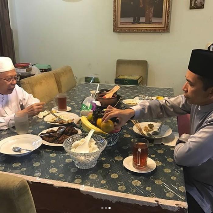 Ulama berusia 75 tahun ini lebih suka dengan masakan rumahan yang sederhana. Cukup nasi putih, dengan beberapa lauk, buah, serta teh manis sebagai menu makan malamnya. Foto: Istimewa