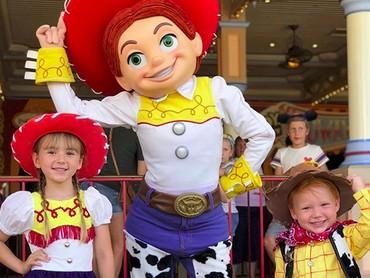 Kenalin nih, Bun, Woody dan Jessie dari film Toy Stroy. Nggak kalah lucu dengan tokoh aslinya ya? (Foto: Instagram/ @randomly_riley)