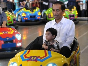 Jokowi dan Jan Ethes bermain bumper car di Transtudio Mini. Asyik! (Foto: Instagram @jokowi)