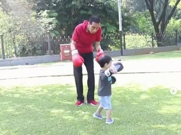 Jokowi saat bermain tinju dengan Jan Ethes. (Foto: Instagram @jokowi)