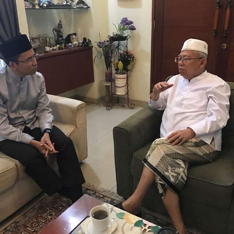 Prof. Dr. K. H. Maruf Amin merupakan ulama sekaligus politisi Indonesia. Ia menjabat sebagai ketua Majelis Ulama Indonesia, sosoknya yang sederhana ternyata lebih memilih teh dibandingkan kopi. Foto: Istimewa