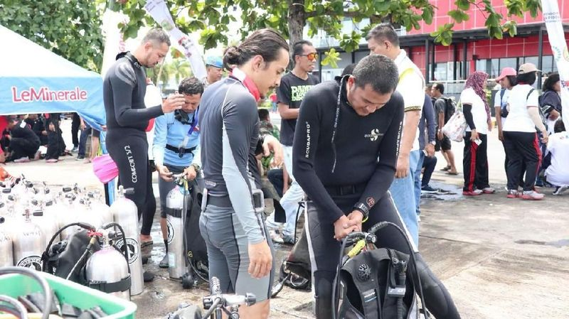 Sebanyak 913 penyelam wanita yang tergabung dalam Wanita Penyelam Indonesia (WASI) akan memecahkan Rekor MURI tanggal 11 Agustus 2018. Berbagai peralatan disiapkan dahulu (Cyntia/Polri)