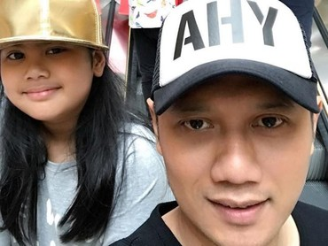 Ayah dan anak sama-sama kompak pakai topi. (Foto: Instagram @agusyudhoyono)