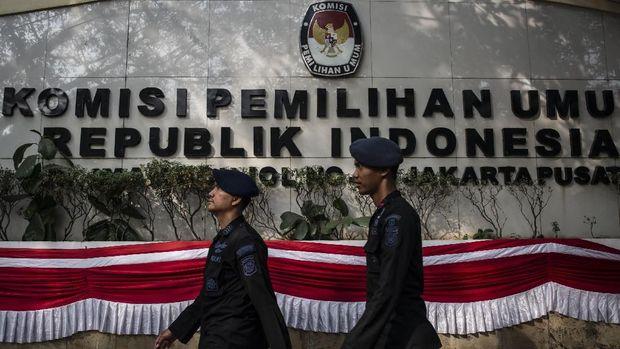 Sejumlah personel Brimob melakukan pengamanan di depan Kantor KPU Pusat, Jakarta, Jumat (10/8).