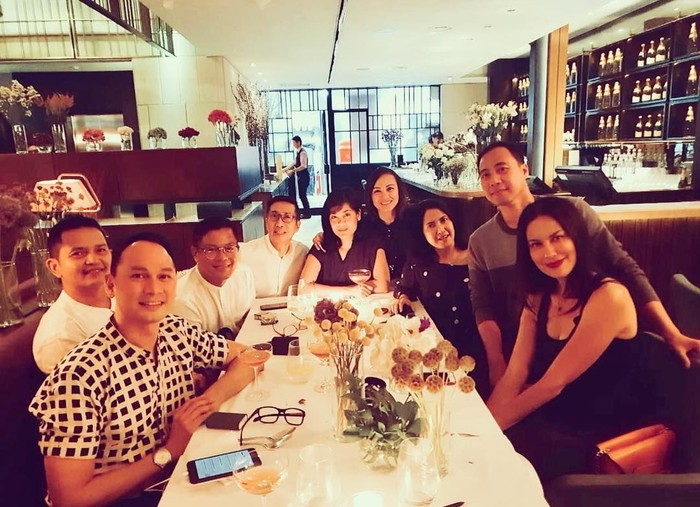 Tio kini ramai diberitakan sebagai teman dekat Sophia Latjuba. Ini momennya saat makan malam bersama Sophia dan rekan-rekannya yang lain. Foto: Instagram tsetiyoso