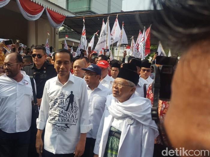 Gaya Jokowi pakai kemeja putih tulisan Bersih, Merakyat, Kerja Nyata. Foto: Zunita Amalia Putri/detikcom