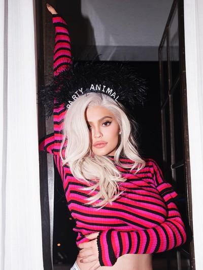 Kylie Jenner pakai bando Rp 87 juta. Foto: Dok. Instagram/Kylie Jenner