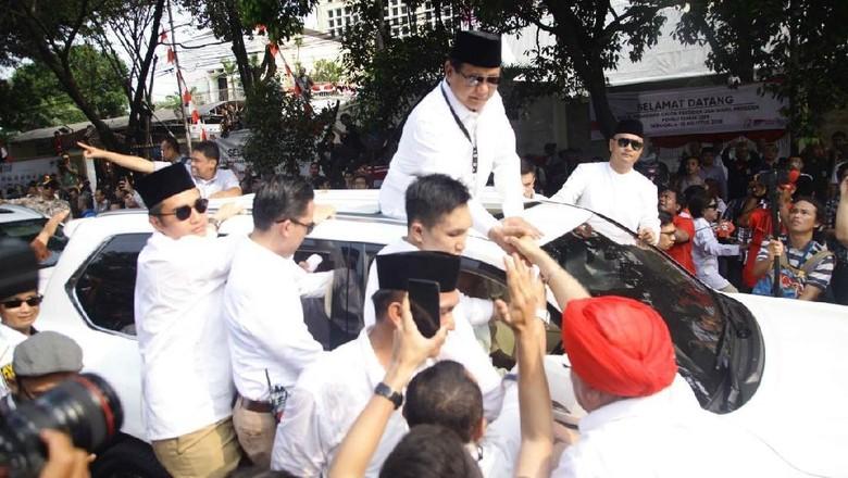 Mobil Prabowo digelayuti pendukungnya. Foto: Pradita Utama
