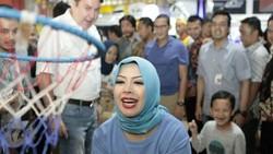 Nur Asia adalah istri dari Sandiaga Uno yang baru saja mencalonkan diri menjadi wakil presiden bersama Prabowo Subianto. Ternyata Mpok Nur sehat banget lho.