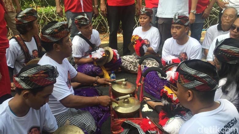 Aksi Massa Pro-Jokowi di KPU: Berpakaian Adat dan Mainkan Gamelan