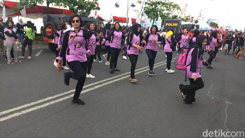 Foto: Penyelam wanita di Manado asyik berjoget (Bona/detikTravel)
