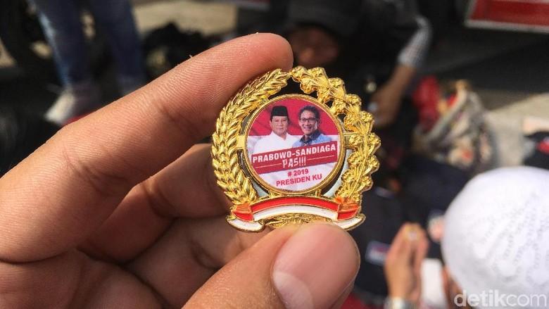 Pin Prabowo-Sandiaga Dijual Dekat KPU, Harga Rp 20 ribu