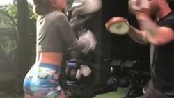 Punya followers 18,9 juta di Instagram, selebgram Sommer Ray kerap membagikan gerakan olahraga agar wanita bisa memiliki tubuh seksi.