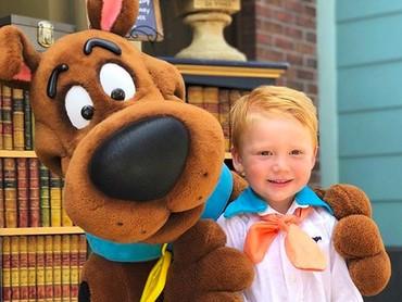 Happy-nya Freddie Jones cilik bertemu dengan Scooby Doo. (Foto: Instagram/ @randomly_riley)