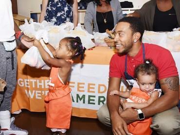 Nggak cuma bersenang-senang, Ludacris juga nggak lupa mengajari si kecil berbagi lho. (Foto: Instagram/ludacris)