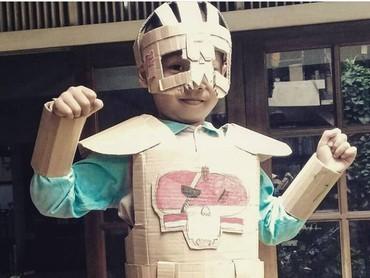Ada yang mau pakai kostum kardus seperti ini? (Foto: Instagram @maliyanti)